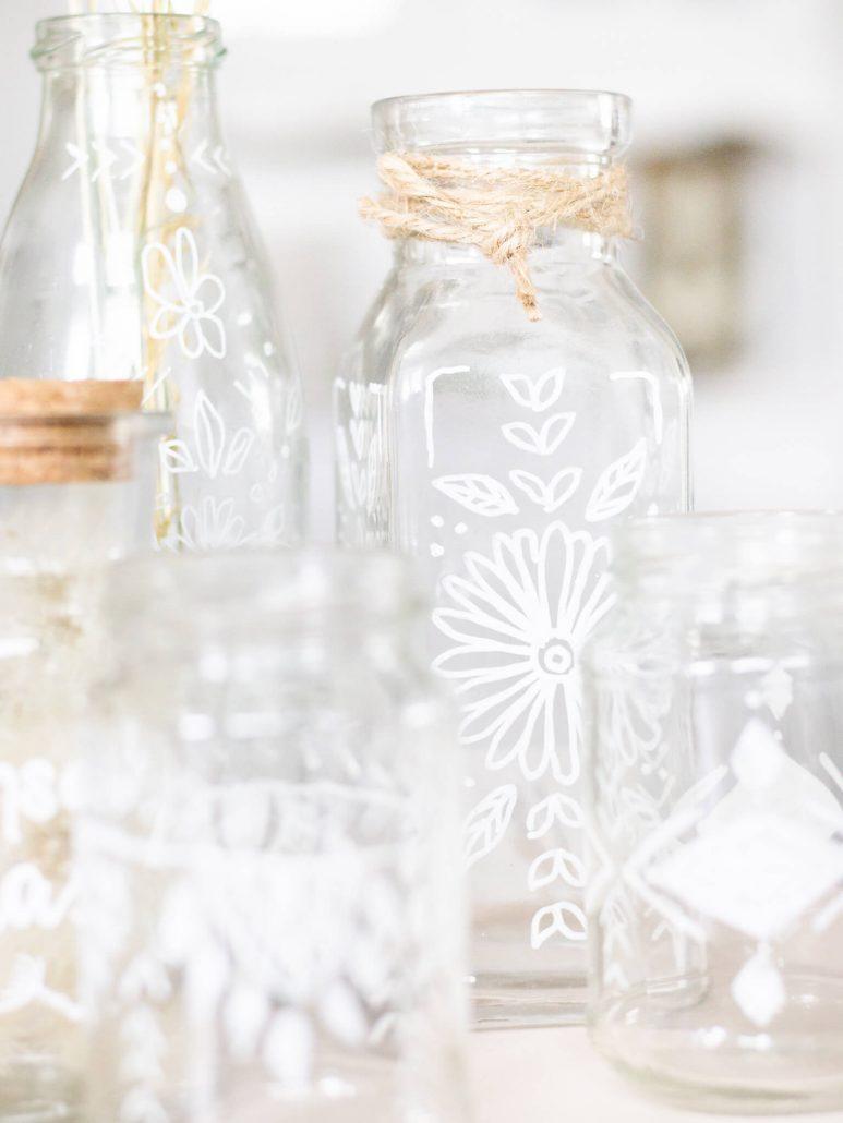 Upcycling-Projekt: Gläser mit Pintor Marker im boho-Stil bemalen.