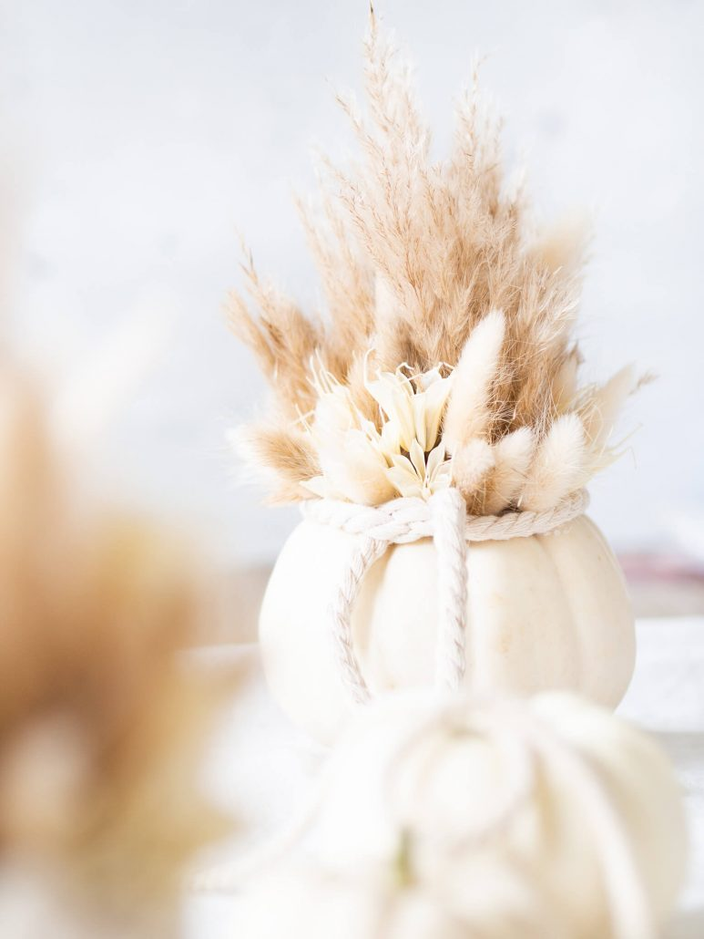 tischedeko für den herbst mit Kürbissen und Trockenblumen selbstgemacht