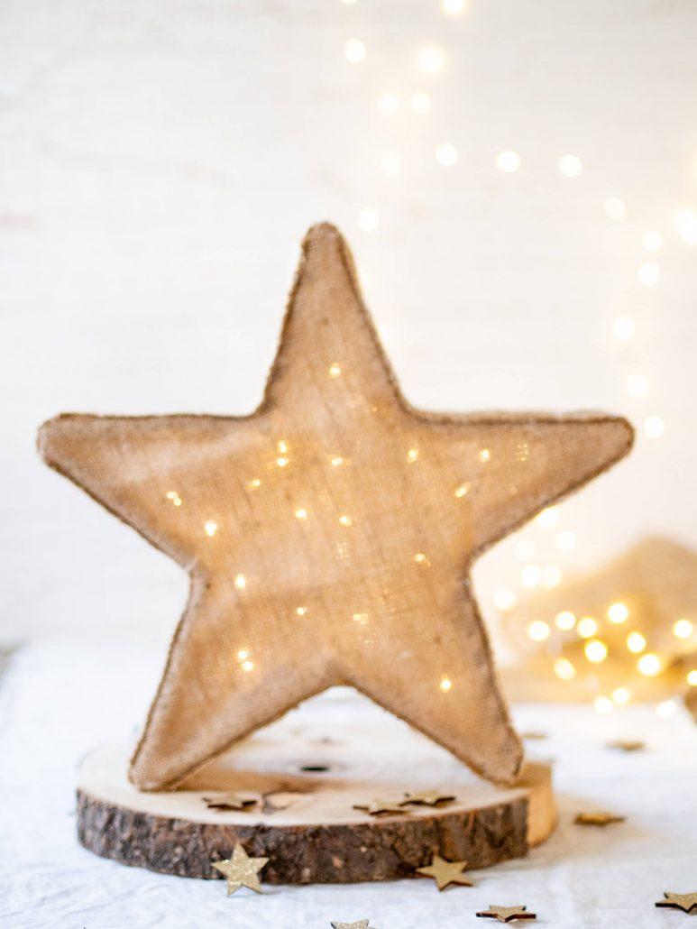 Weihnachtliche Dekoration zum selber machen. Eine schöne Sternlampe für die Weihnachtszeit. Ein wundervolles, einfaches und funkelndes DIY Projekt und eine schöne Idee