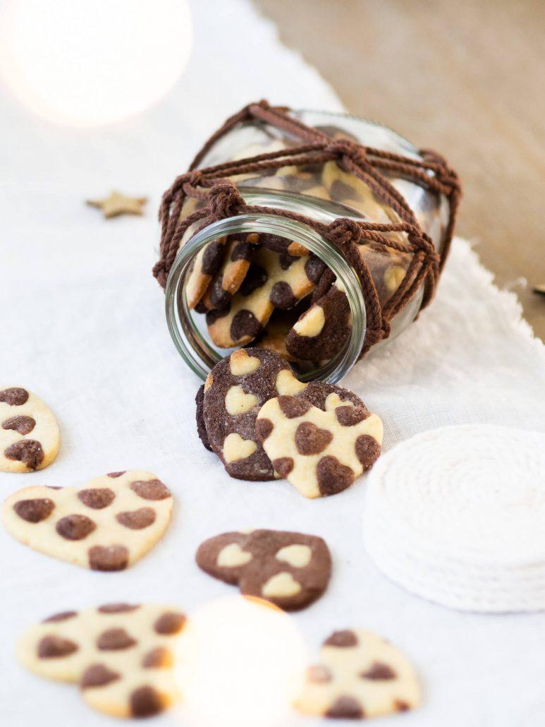 Leckeres Schwarz-Weiß-Gebäck in Herzform selber backen. Einfaches Rezept für Kekse zu Weihnachten