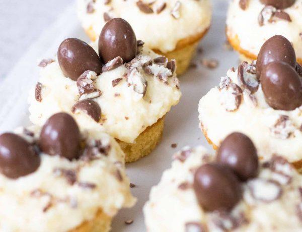 Schoko-Bons Cupcake als Osternest. Einfaches Rezept für Vanille-Cupcakes.