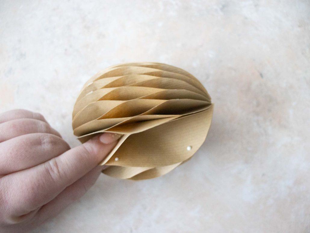 Ganz einfache Osterdeko aus Papier basteln. Waben-Ostereier und Waben-Haserhasen ganz leicht selbstgemacht.